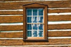 Αγροτικός τοίχος ξυλείας με ένα παράθυρο και τις κουρτίνες δαντελλών Στοκ Φωτογραφίες