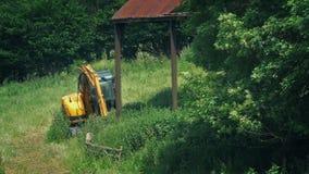 Αγροτικός τομέας με το παλαιοί υπόστεγο και Digger απόθεμα βίντεο