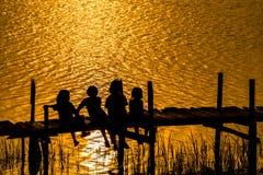Αγροτικός τρόπος ζωής του κοριτσιού να δει το ηλιοβασίλεμα στην Ταϊλάνδη Στοκ Εικόνες