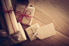 Αγροτικό αναδρομικό δώρο, παρόντα κιβώτια με την ετικέττα Χρόνος Χριστουγέννων, περικάλυμμα εγγράφου eco Στοκ εικόνα με δικαίωμα ελεύθερης χρήσης