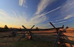 Αγροτικό ειρηνικό τοπίο με το βαθύ μπλε ουρανό Στοκ Εικόνες