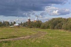 Αγροτικό θερινό τοπίο με την ξύλινη εκκλησία Εκκλησία του προφήτη και του Predtechi John Nativity ο βαπτιστικός Στοκ Εικόνα