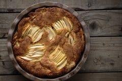 Αγροτικό κέικ ρουμιού της Apple σε έναν ξύλινο πίνακα Στοκ Εικόνα
