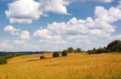 αγροτικό καλοκαίρι τοπί&omeg στοκ φωτογραφίες με δικαίωμα ελεύθερης χρήσης