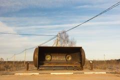 Αγροτικό καταφύγιο στάσεων λεωφορείου από το σίδηρο σε μια μορφή ρομπότ Στοκ εικόνες με δικαίωμα ελεύθερης χρήσης