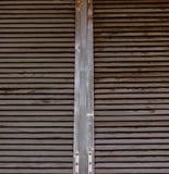 Αγροτικό καφετί ξύλινο παραθυρόφυλλο παραθύρων Στοκ Φωτογραφία