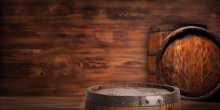 Αγροτικό ξύλινο βαρέλι σε ένα υπόβαθρο νύχτας Στοκ Εικόνα
