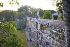 Αγροτικό ξύλινο σημάδι οδών για τις Φιλιππίνες, την Ιαπωνία και τη Σιγκαπούρη Άποψη τοίχων οχυρών SAN Pedro στοκ εικόνα με δικαίωμα ελεύθερης χρήσης