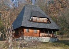 Αγροτικό ξύλινο παλαιό σπίτι σε Maramures Στοκ φωτογραφίες με δικαίωμα ελεύθερης χρήσης