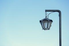 Αγροτικό παλαιό κρεμώντας φανάρι οδών Στοκ φωτογραφία με δικαίωμα ελεύθερης χρήσης