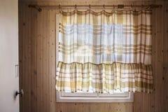 Αγροτικό παράθυρο από μέσα από το σπίτι, από οι κουρτίνες που κλείνει Στοκ Εικόνα