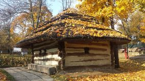 Αγροτικό παραδοσιακό σπίτι με τους τοίχους ξυλείας Στοκ φωτογραφία με δικαίωμα ελεύθερης χρήσης