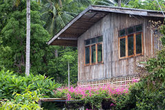 Αγροτικό παραδοσιακό ξύλινο ταϊλανδικό σπίτι Στοκ εικόνες με δικαίωμα ελεύθερης χρήσης