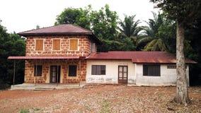 Αγροτικό παλαιό σπίτι ενάντια στη ζούγκλα στοκ φωτογραφίες με δικαίωμα ελεύθερης χρήσης