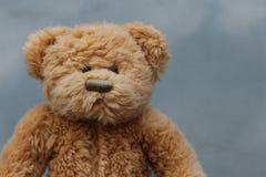 Αγροτικό παλαιό Teddy αφορά το γκρίζο υπόβαθρο Στοκ φωτογραφία με δικαίωμα ελεύθερης χρήσης