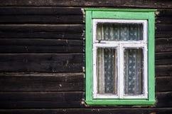 Αγροτικό πράσινο χρωματισμένο ξύλινο παράθυρο πλαισίων Στοκ Εικόνες