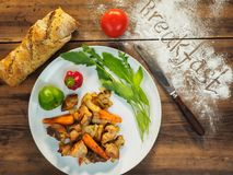 Αγροτικό πρόγευμα με την πατάτα, ψωμί, πάπρικα, πρασινάδα, ντομάτα, κινηματογράφηση σε πρώτο πλάνο Πατάτες ψητού με το κρέας και  Στοκ φωτογραφία με δικαίωμα ελεύθερης χρήσης