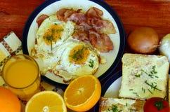 Αγροτικό πρόγευμα - ψημένο ψωμί με το βούτυρο και τα φρέσκα κρεμμύδια, τα τηγανισμένα αυγά και το μπέϊκον στοκ φωτογραφία με δικαίωμα ελεύθερης χρήσης