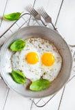 Αγροτικό πρόγευμα δύο τηγανισμένο αυγών Στοκ εικόνες με δικαίωμα ελεύθερης χρήσης