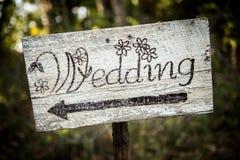 Αγροτικό σημάδι γαμήλιων βελών σε ένα φτυάρι Στοκ Εικόνα