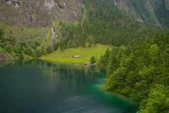 Αγροτικό σπίτι και υπόστεγο αποβαθρών βαρκών στη λίμνη βουνών Obersee Στοκ Φωτογραφία