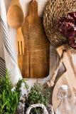 Αγροτικό της Προβηγκίας θυμάρι δεντρολιβάνου χορταριών κουζινών εσωτερικό, φρέσκο, ξύλινοι τέμνοντες πίνακες, εργαλεία, πετσέτα λ Στοκ Φωτογραφία