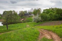 Αγροτικό τοπίο Μαΐου με τα ανθίζοντας δέντρα της Apple Στοκ φωτογραφία με δικαίωμα ελεύθερης χρήσης
