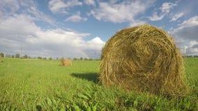 Αγροτικό τοπίο με τα δέματα σανού στον τομέα και το ουράνιο τόξο Timelapse 4K απόθεμα βίντεο