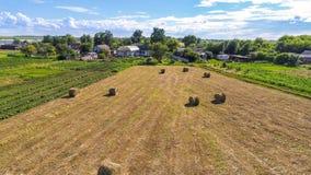 Αγροτικό τοπίο με τα δέματα του αχύρου στον τομέα Ρωσία Στοκ Εικόνες