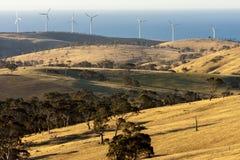 Αγροτικό τοπίο με τα αιολικά πάρκα κοντά στο μεγάλο ωκεάνιο δρόμο, Αυστραλία στοκ εικόνα