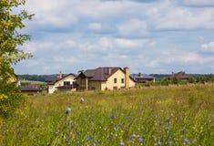 Αγροτικό τοπίο με τα εξοχικά σπίτια στοκ φωτογραφίες με δικαίωμα ελεύθερης χρήσης