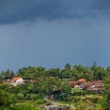 Αγροτικό τοπίο με τα δραματικά σύννεφα, Ιάβα, Ινδονησία Στοκ Φωτογραφίες