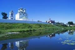 Αγροτικό τοπίο με το ναό όχθεων ποταμού Στοκ φωτογραφίες με δικαίωμα ελεύθερης χρήσης