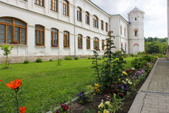 Αγροτικό τοπίο με το παλαιό μοναστήρι στη Ρουμανία Στοκ εικόνα με δικαίωμα ελεύθερης χρήσης