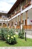 Αγροτικό τοπίο με το παλαιό μοναστήρι στη Ρουμανία Στοκ Εικόνα