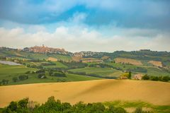 Αγροτικό τοπίο στους θερινούς τομείς στα ιταλικά επαρχία της Ανκόνα στην Ιταλία Στοκ φωτογραφία με δικαίωμα ελεύθερης χρήσης