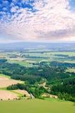 Αγροτικό υπόβαθρο τοπίων με τους τομείς εγκαταστάσεων και το δραματικό cloudscape Στοκ φωτογραφία με δικαίωμα ελεύθερης χρήσης