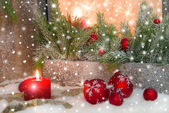 Αγροτικό φανάρι με τα candlelights για τα Χριστούγεννα - κλασικός στο κόκκινο Στοκ Φωτογραφία