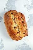 Αγροτικό χέρι - γίνοντα οργανικό ψωμί bloomer με το το βακκίνιο, τη σταφίδα και το το δυτικό ανακάρδιο Στοκ Εικόνα