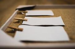Αγροτικό χειροποίητο πλαίσιο με τα έγγραφα που κρεμούν σε ένα ράφι παλτών Στοκ εικόνες με δικαίωμα ελεύθερης χρήσης