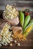 Αγροτικό popcorn και ακατέργαστο καλαμπόκι Στοκ Φωτογραφίες