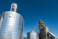 Αγρο-επεξεργασία των εγκαταστάσεων για την επεξεργασία και τα ασημένια σιλό για τον καθαρισμό ξήρανσης και την αποθήκευση των αγρ στοκ φωτογραφία με δικαίωμα ελεύθερης χρήσης