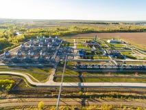 Αγρόκτημα δεξαμενών για τη μαζική αποθήκευση πετρελαίου και βενζίνης δίπλα στη γραμμή ραγών εναέρια όψη Στοκ Εικόνες