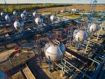 Αγρόκτημα δεξαμενών για τη μαζική αποθήκευση πετρελαίου και βενζίνης εναέρια όψη Στοκ Εικόνες