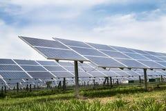 Αγρόκτημα επιτροπών ηλιακών κυττάρων Στοκ εικόνες με δικαίωμα ελεύθερης χρήσης
