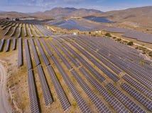 Αγρόκτημα ηλιακής ενέργειας Υψηλή άποψη γωνίας των ηλιακών πλαισίων σε μια ενέργεια στοκ εικόνες