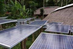Αγρόκτημα ηλιακών κυττάρων στο χωριό Στοκ εικόνες με δικαίωμα ελεύθερης χρήσης