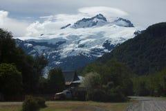 Αγρόκτημα κάτω από τα βουνά Στοκ εικόνες με δικαίωμα ελεύθερης χρήσης