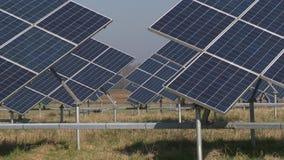 Αγρόκτημα μπαταριών ηλιακού πλαισίου και τομέας αρότρων τρακτέρ απόθεμα βίντεο