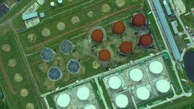 ( Αγρόκτημα πετρελαίου και δεξαμενών καυσίμων Σταθμός αποθήκευσης καυσίμων Βιομηχανική δυνατότητα Η κυκλική κίνηση, κηφήνας πετά  απόθεμα βίντεο